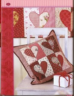 FELIZARTES: Amo patchwork/love these just don't understand the language. Applique Cushions, Cute Cushions, Patchwork Cushion, Sewing Pillows, Quilted Pillow, Patchwork Heart, Heart Cushion, Heart Pillow, Patch Quilt