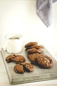 Biscotti al cioccolato e fior di sale con Nutella e caramelle mou