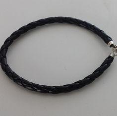 Gevlochten Leren armband Lengte: 19 cm  http://www.dczilverjuwelier.nl/zilveren-armbanden/gevlochten-leren-armband