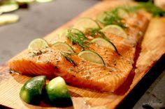 Lachs grillen auf der Holzplanke hat sich im BBQ bewährt. Mit unser Limetten-Honig Glasur wird das Lachs grillen zu einem Geschmackserlebnis.