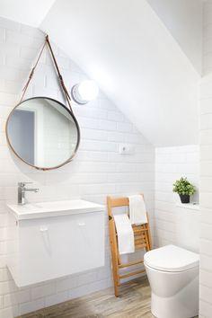 Blanc et bois clair, pièce maîtresse le grand miroir rond