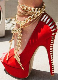 Bling! Iso kasa kultaisia nilkkakoruja. Tosi kaunis lookki ja sopii hyvin nimenomaan korkkareiden kanssa. Ancklet with high heels.