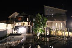 シャープな印象の建物と躍動感のあるエントランス。モダンアートのような空間をライティングでさらに美しく。 #lightingmeister #pinterest #gardenlighting #outdoorlighting #exterior #garden #light #house #home #sharp #lively #entrance #modernart #beautiful #fineview #シャープ #躍動感 #エントランス #庭 #玄関 #モダンアート #美しい #美観 #光 #照明 #エクステリア Instagram https://instagram.com/lightingmeister/ Facebook https://www.facebook.com/LightingMeister