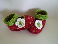 """gestrickte Babyschuhe """"Erdbeere"""" in einem warmen Rot auch für Rebornpuppen möglich Knopf zum Schließen Versand: 1 Paar Schuhe: 1,15 € (Warensendung) 2-14 Paar : 1,70..."""