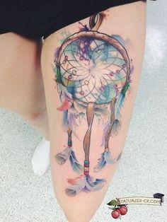 tatuaje-atrapasueños-acuarelas-muslo