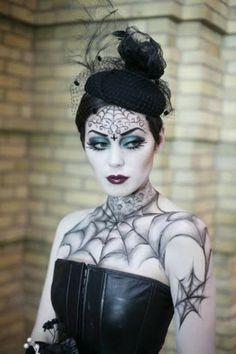une jeune fille avec un maquillage gothique pour Halloween