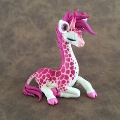 Pink giraffe by DragonsandBeasties - Polymer Clay Journal Polymer Clay Kunst, Polymer Clay Dragon, Polymer Clay Figures, Cute Polymer Clay, Polymer Clay Animals, Cute Clay, Polymer Clay Miniatures, Fimo Clay, Polymer Clay Projects