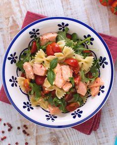 Le farfalle con salmone, rucola e pomodorini sono un primo piatto fresco e colorato, perfetto per i vostri menu estivi! Vegetable Salad, Prosciutto, Finger Foods, Italian Recipes, Potato Salad, Seafood, Spaghetti, Good Food, Food And Drink