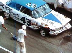 petty with a tire problem Nascar Cars, Nascar Racing, Dirt Racing, Mustang Wheels, Car Wheels, Old Vintage Cars, Vintage Race Car, Richard Petty, King Richard