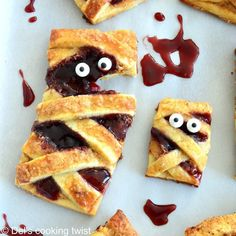 These spooky mummy hand pies filled with peanut butter and jelly are a perfect bloody little treat for Halloween to prepare together with your kids! #Halloweenisaroundthecorner #halloweenrecipeiadeas #kidshalloween #mummytreatshalloween #handpies #easyrecipeforkids Empanadas, Avocado Dip, Peanut Butter Filling, Hand Pies, Halloween Treats, Spooky Halloween, Halloween Party, Dessert Recipes, Desserts
