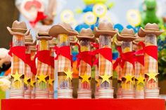 Festa Infantil Dupla | Toy Story | Vestida de Mãe | Blog sobre Gravidez, Maternidade e Bebês por Fernanda Floret. Tubos de ensaio com balinhas para decorar a mesa do bolo desse aniversário para dois irmãos.