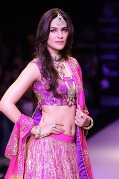 Kriti Sanon Hot Navel In Lehenga Choli At IIJW 2015 - No Watermark pic