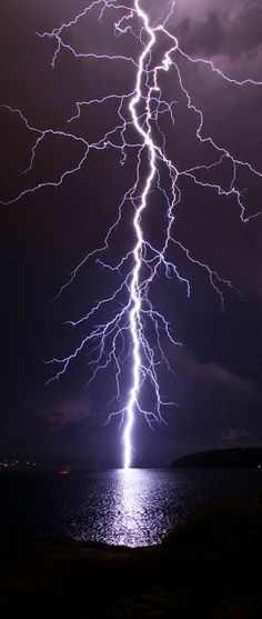 fierce lightning, onweer, storm over water All Nature, Science And Nature, Amazing Nature, Fuerza Natural, Cool Pictures, Beautiful Pictures, Amazing Photos, Nature Pictures, Thunder And Lightning