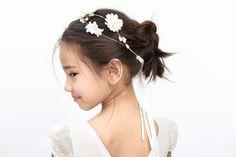 Pretty hair for the littlest maids via Laure de Sagazan × Jacadi ♡♡♡ très belle!! #flowergirl #weddinghair