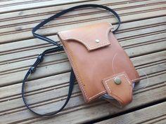 Käsintehty nahkainen kaulassa roikkuva perhokotelo tasku ja perukesiima säilytys. Card Case, Wallet, Cards, Maps, Playing Cards, Purses, Diy Wallet, Purse