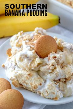 When it comes to desserts this Southern Banana Pudding is a classic and easy recipe that is completely homemade, feeds a crowd and is super addicting! # super Easy Recipes Southern Banana Pudding - A delicious homemade pudding recipe! Dessert Simple, Bon Dessert, Dessert Dishes, Banana Pudding Desserts, Southern Banana Pudding, Homemade Banana Pudding, Baked Banana Pudding, Desserts With Bananas, Classic Banana Pudding Recipe