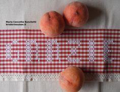 Broderie suisse, ricamo svizzero in stile italiano, bordo su asciugapiatti broderie suisse, border on towel, chicken scratch,