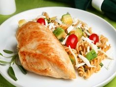 Receita de Filé de frango grelhado com salada de macarrão integral. Enviada por Tudo Gostoso e demora apenas 50 minutos.