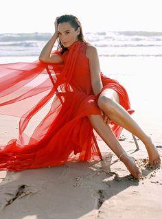 Alexandra Daddario, Kate Beckinsale, Kate Middleton, Taurus, Classy Outfits For Women, Gal Gadot Wonder Woman, Celebrity Magazines, Chiffon Gown, Celebrity Look