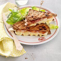 Brietosti met peer en spek el olijfolie 8 plakjes ontbijtspek 8 sneetjes notenbrood 1 sappige handpeer 200 g brie 1 tosti-ijzer of contactgrill