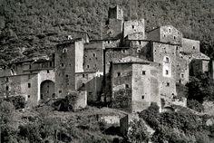 Castello di Postignano, Sellano anni '60. La forma dell'abitato è quella del castello di pendio con un'alta torre di guardia ed un cassero di forma poligonale.