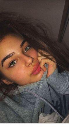Green* eyes, big lips and messy hair ( corrected the last person) ♡ Natural Makeup Looks, Natural Looks, Natural Makeup Brands, Natural Beauty, Pretty Eyes, Beautiful Eyes, Beauté Blonde, Big Lips, Selfie Poses