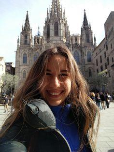 Barcelona je zaľudnená turistami. No stále je prekrásna adychberúca. Poteší každého, kto má rád dobré jedlo, more, históriu aživot vuliciach. Ako si tam spraviť výlet šikovne alacno sa dozvieš vtomto článku. Čítaj.   Čo sa v článku dozvieš? 1. Ako na letenky do Barcelony 2. Ako na ubytovan
