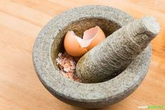 Eierschalen sind ein nützlicher und gesunder Rohstoff, den du im Haushalt, Garten und für deine Gesundheit vielseitig weiterverwenden kannst.