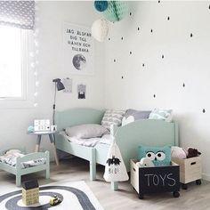 Błękitne łóżko i dodatki w pokoiku dziecięcym