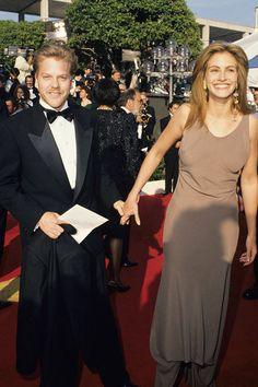 Keifer Sutherland with ex-fiancee Julia Roberts - 21 Throwback Pictures of Hollywood Couples on the Oscars Red Carpet Hollywood Couples, Celebrity Couples, Julia Roberts, Harry Winston, Oscars, Throwback Pictures, Runaway Bride, Kiefer Sutherland, Famous Couples