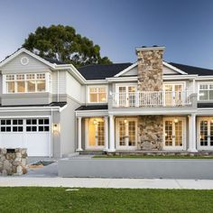 For those of us who prefer a little polish with our surf and sand, this house's design captures the coastal luxury look on the Hamptons style that we love. Image from Ostwald Homes Café Exterior, Design Exterior, Rustic Exterior, Modern Exterior, Die Hamptons, Hamptons Style Homes, Exterior Color Schemes, Exterior House Colors, Colour Schemes