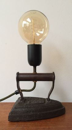Vintage strijkijzer lamp. Met Edison gloeilamp.