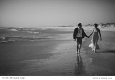 Het moment van de 'foto shoot' tussendoor op je bruiloft kan ook een moment van ontspanning worden ... Couple walking on the beach Stationery | Beach wedding | Photographer: Sybrand Cillie - inspiratie voor #TrouwfotografieFreya