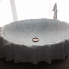 Cubas de marmore ou esculturas? Os dois! A marca @kreo arrasou no Salão do Banho #salonedelmobile #salonebagno