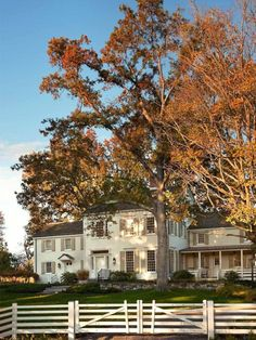century Colonial farmhouse in Southern New England; John B. Murray Architect-- my perfect house Fresh Farmhouse, Farmhouse Homes, Country Farmhouse, Farmhouse Ideas, Country Life, Country Living, Modern Farmhouse, Style At Home, New England Farmhouse