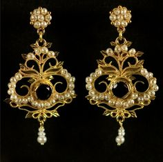 THARROS EARRINGS Earring in sardinian filigree work 18k gold, with faceted garnet and pearls, 4,5×2 cm.