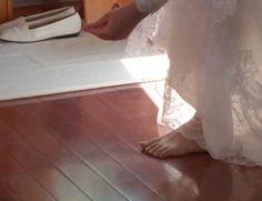 Clarissas Coletinas - A tomada de hábito inicia-se com o descalçar dos sapatos nupciais.     A nova religiosa passará a  andar descalça a maior parte da sua vida.
