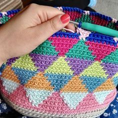 Sara is a young girl from Madrid, a training journalist who loves to crochet. Crochet Diy, Tunisian Crochet, Crochet Crafts, Crochet Projects, Tapestry Bag, Tapestry Crochet, Crochet Handbags, Crochet Purses, Crochet Designs