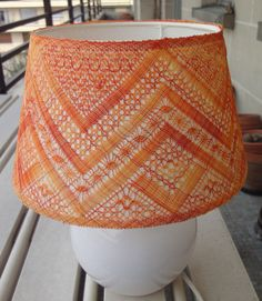 abat-jour-en-fil-à-dentelle-dégradé-orange-et-jaune Needle Lace, Bobbin Lace, Projects To Try, Handmade, Diy, Trees, Orange, Decor, Lace