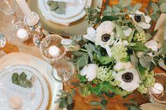 Eukalyptus Hochzeit edle Tischdekoration in weiß, grün und gold mit einem farblich passenden Strauß, Macarons und Kerzen. - Who´s Wedding