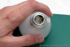 Come tagliare e pulire le vecchie lampadine a incandescenza per riciclarle creativamente