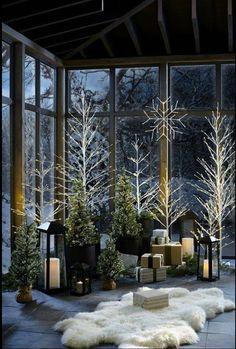elegant Christmas look!An elegant Christmas look! Indoor Christmas Decorations, Christmas Porch, Noel Christmas, Country Christmas, Outdoor Christmas, Winter Christmas, Tree Decorations, Black Christmas, Minimal Christmas