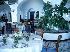 La sala ristorante, mise en place per un matrimonio - Indoor dining room, wedding set up www.tritone.it www.lacaladellelampare.it Il ristorante del Tritone