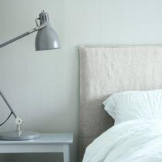 DIY: Så gör du din egen sänggavel - fixaodona.se Diy Interior, Interior Decorating, Interior Inspiration, Master Bedroom, Sweet Home, Wall Lights, Indoor, Blogg, House