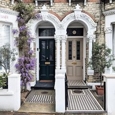 Woman Captures Of London's Most Beautiful Doors, And They'll Inspire You To Change Yours Yellow Front Doors, Painted Front Doors, Front Door Colors, Front Door Porch, House Front Door, Glass Front Door, Victorian Front Doors, Victorian Terrace, Victorian Homes