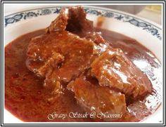 Carne de puerco en salsa roja http://rosalindarandadias.blogspot.com/?m=1 1.-  agarre 10 chiles guajillos 2.-  3 chiles de árbol 3.-  y 5 jitomates. Colóquelos sobre un comal y espere hasta que estén bien asados. 4.-  a la carne póngale sal al gusto y después colóquela dentro de una cazuela y póngala sobre el  fuego, el fuego debe estar normal, no muy alto ni bajo. Póngale ½ de aceite y deje dorar muy bien la carne. 5.- después muela los siguientes ingredientes en la licuadora. a) Coloque…