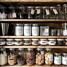 女性で、Kitchen/キッチン収納/BRIWAX/棚DIY/セリアの瓶/魅せる収納/調味料収納/1×6材/インスタ→chocolate.cafe/木のフタのキャニスターはニトリについてのインテリア実例。 「調味料やしりあるなど...」 (2018-06-04 23:36:07に共有されました)