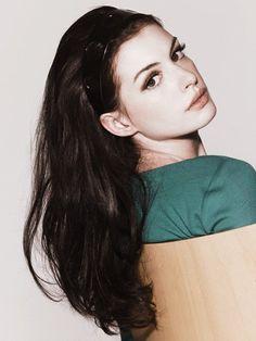 Anne Hathaway. Smokey eyes & neutrals