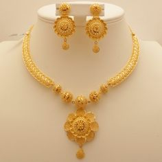 Gold Jewelry 9 Awesome 50 Gram Gold Necklace Designs India - Explore these Indian top 9 best collections of 50 grams gold necklace designs in 2017 for your use and also for gifting too. Gold Ring Designs, Gold Bangles Design, Gold Earrings Designs, Jewelry Design, Gold Jewellery Design Necklace, Gold Set Design, Indian Gold Jewellery, Indian Gold Necklace Designs, Arabic Jewelry