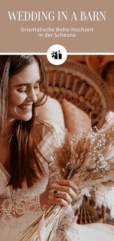 So ein entzückendes Brautstyling 🥰 Die langen, glatten Haare passen wunderbar zu dem fließenden Brautkleid im Bohemian Stil und verleihen dem Styling einen Hauch Eleganz. Alle Bilder zu dieser Hochzeit in einer Scheune findet ihr im Blog Artikel von Hochzeitskiste. #bohohochzeit #weddinginabarn #orientalischehochzeit #bohobraut #hochzeitskiste #hochzeitsideen #hochzeitsblog #hochzeitsmagazin #weddingblog #instabraut #instabräute #instahochzeit #brautstyling Blog, Movies, Movie Posters, Wedding, Barn Finds, Oriental Wedding, Bridle Dress, Pictures, Valentines Day Weddings